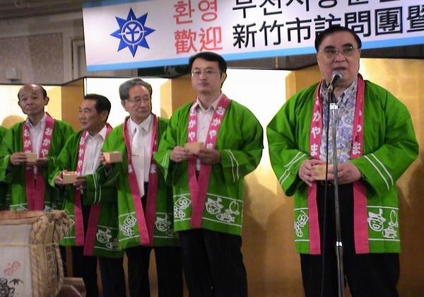 2006-08-10-桃太郎祭行銷《建設局局長與貴賓一同合影》